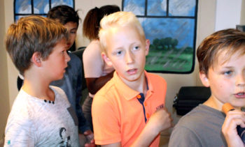 Kinderen in de escape room op zoek naar aanwijzingen.
